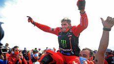 El salteño Kevin Benavides celebra la obtención del Dakar en la categoría motos.
