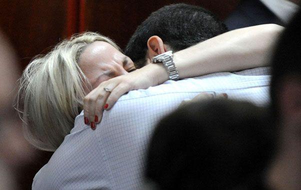 Víctimas de una tragedia. Carolina Píparo se abrazó con su marido cuando el Tribunal terminó de leer las condenas a los asesinos de su pequeño hijo.