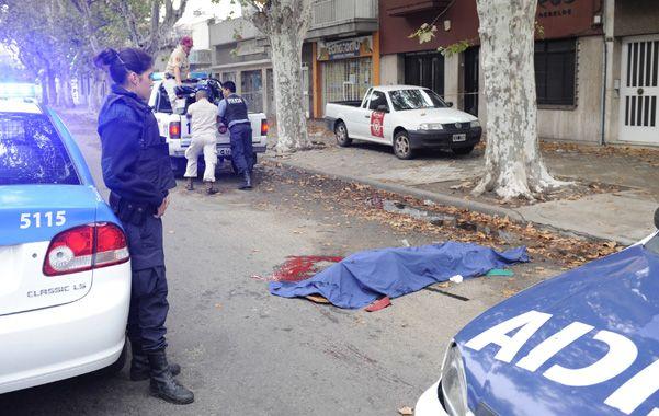 Fatal. El cuerpo sin vida de la joven yace en la calle tras el trágico accidente.