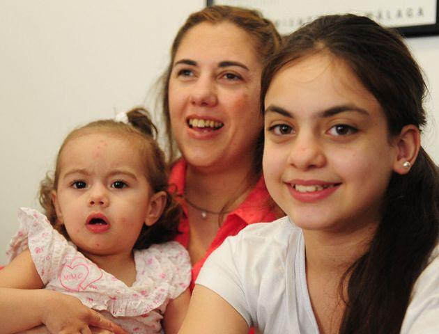 Teresita Montero con sus dos hijas. Trabaja en una biblioteca y está a punto de recibirse de abogada.