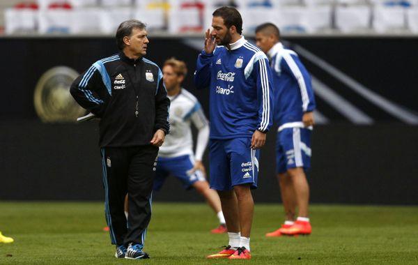 El Tata Martino y Ruben dialogan durante un entrenamiento en el predio de Ezeiza.