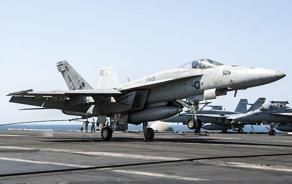 Ofensiva. Un F-18 despega hacia blancos extremistas en Siria