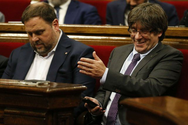 Puigdemont (der) y Junqueras durante el debate parlamentario sobre el plan soberanista