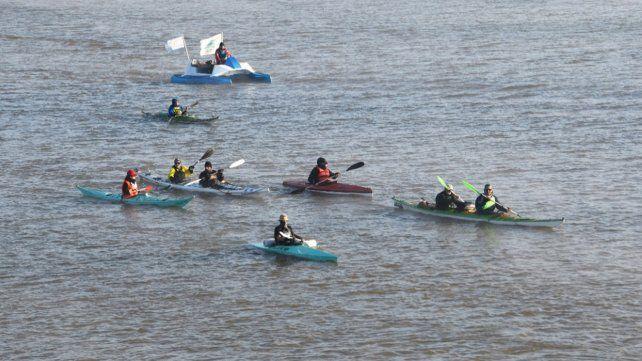 La caravana de kayak por la ley de Humedales sigue su camino por el Paraná hacia el Congreso de la Nación.