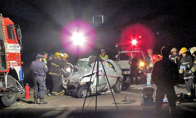 Destrozado. Los bomberos debieron trabajar durante horas para sacar los cuerpos del automóvil.