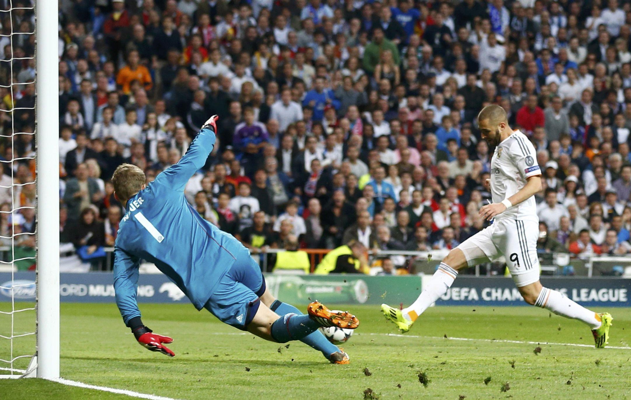 Karim Benzema empuja el balón y marca el primer gol de Real Madrid ante Bayern Munich.
