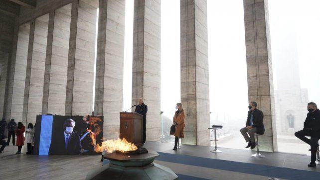 El gobernador Omar Perotti brinda su discurso. Lo observa, atento, por pantalla gigante, el presidente Alberto Fernández.