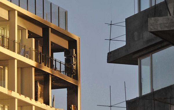 Daños y hollín. El estallido en el penúltimo piso derribó la baranda del balcón y afectó también otros departamentos del edificio Palco Paraná.