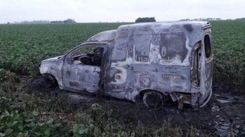 El utilitario apareció calcinado en un campo de soja cercano a la ruta 34. (Gentileza SL24)