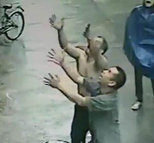 Los vendedores chinos que salvaron al bebé que cayó de un edificio.