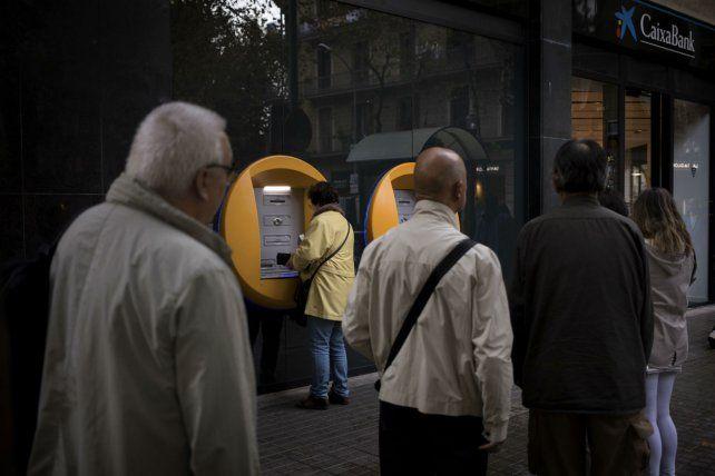 En protesta. Los catalanes retiraron dinero de bancos y cajeros de los bancos que mudaron su razón social.