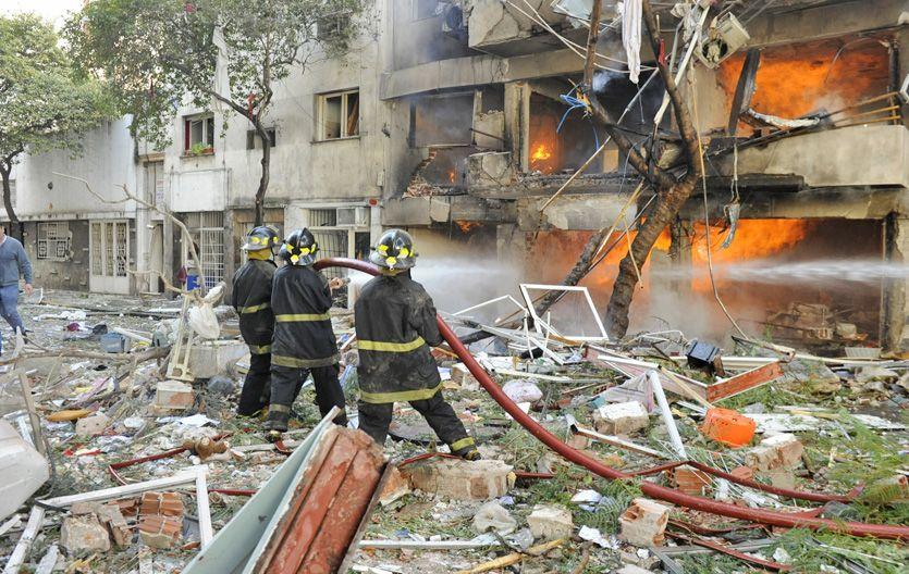 En acción. El gobierno provincial prometió equipar mejor a los bomberos. (Foto: N. Juncos)
