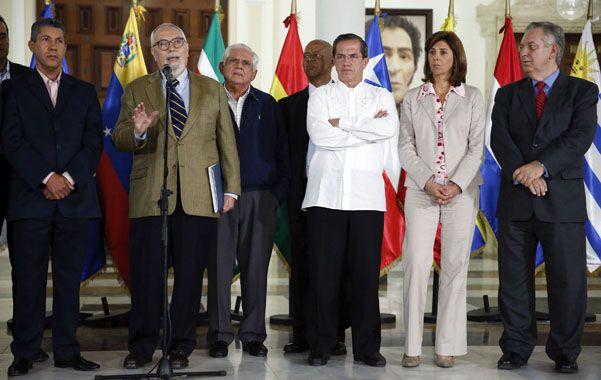Acuerdo. El gobernador de Lara (izquierda) y el líder de la coalición opositora junto a los cancilleres de Unasur.