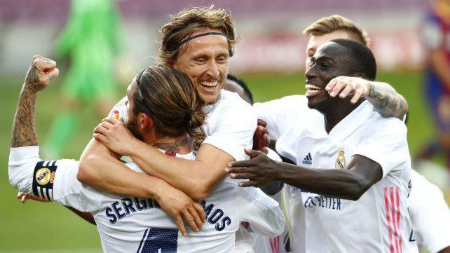 Luka Modric se abraza con sergio Ramos.