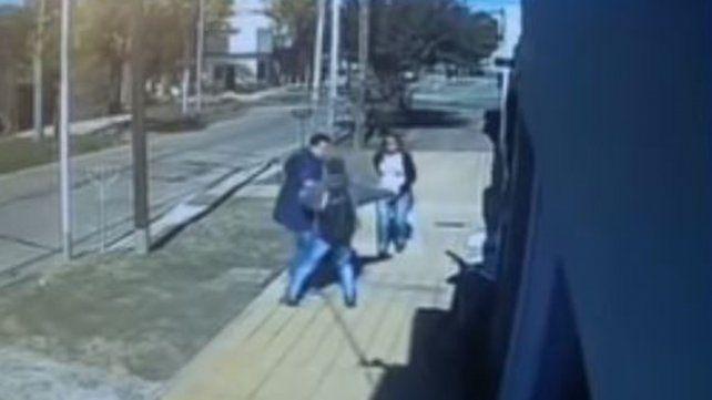 Un video muestra cuando asesinan a un joven de un puntazo a plena luz del día
