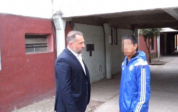 En el barrio. El abogado Marcos Cella y su cliente en la zona sur de la ciudad.