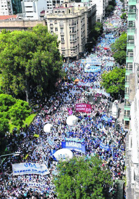 La marcha de los docentes se movilizó por el centro porteño para solicitar la apertura de paritarias nacionales.