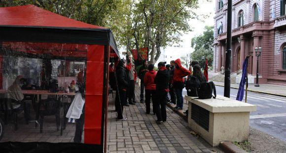 La organización Giros sigue con el acampe frente a la Municipalidad