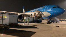La operación de carga ayer en el aeropuerto de Beijing, que demandó casi cuatro horas.