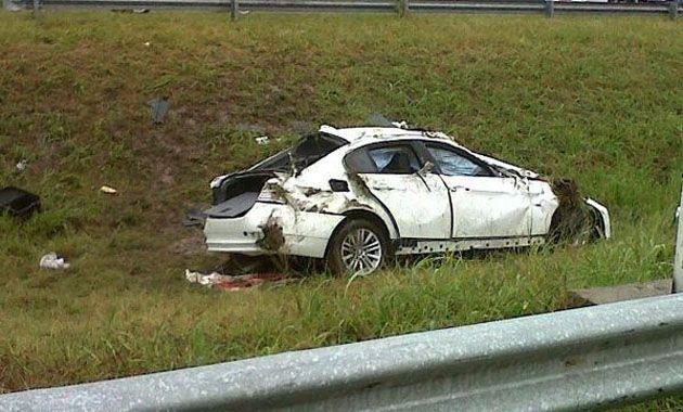 El BMW blanco en el que viajaba la pareja exhibe las huellas del fuerte impacto: (Foto Twitter Mariana Brondello)