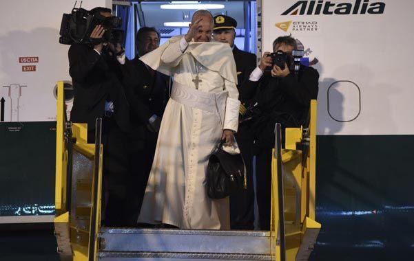 Saludo. El pontífice se despide desde la escalinata del avión de Alitalia. El viento le arrancó el solideo de la cabeza.