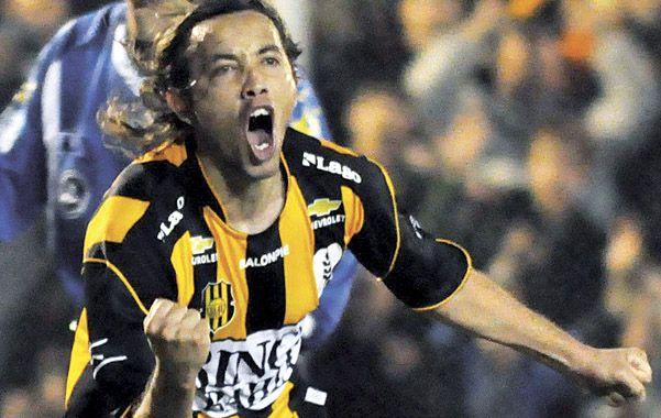 ¿Goles para Arroyito? Bareiro festeja con la camiseta de Olimpo. El delantero está entusiasmado con el desafío.