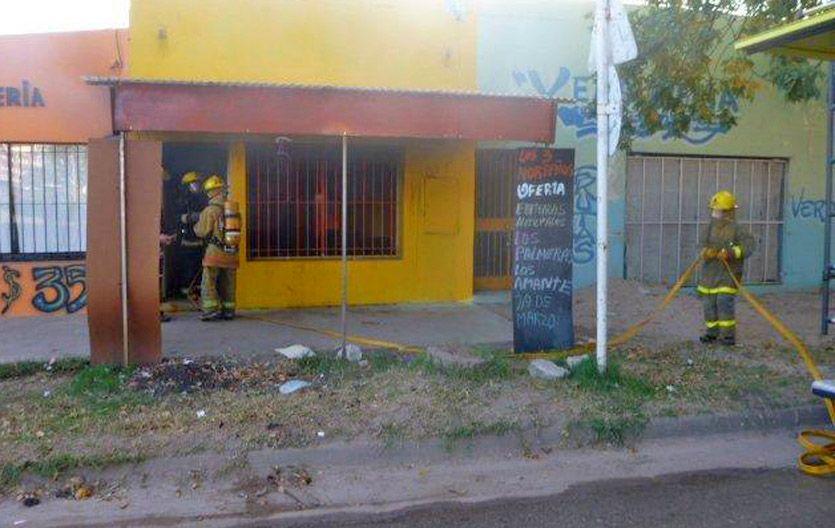 Incendiado. El frente de uno de los locales de la cadena de verdulería agredido muestra un cartel anunciando Los Palmeras.