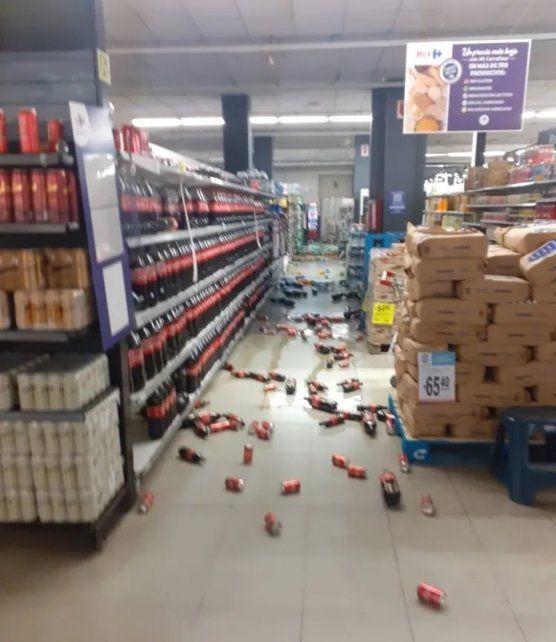 Los daños dentro de un comercio tras el terremoto.