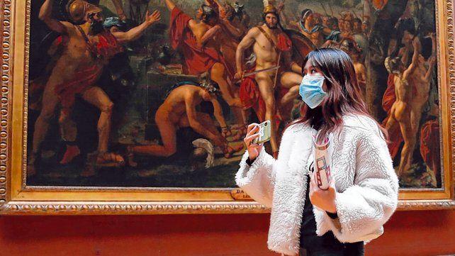 París. Una turista con barbijo en el museo del Louvre