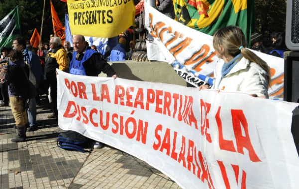 Los docentes marcharon a la plaza a reclamar una nueva discusión salarial.