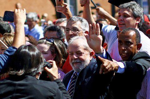 Lava Jato. El líder del PT fue arropado por sus seguidores frente al tribunal del juez Moro en Curitiba.