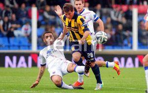 Acuña intenta maniobrar pese a la férrea marca de un defensor de Tigre. (Foto: Télam)