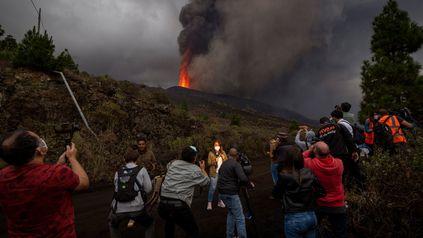 Los reporteros brindan sus informes mientras en la colina se advierten las nuevas explosiones.