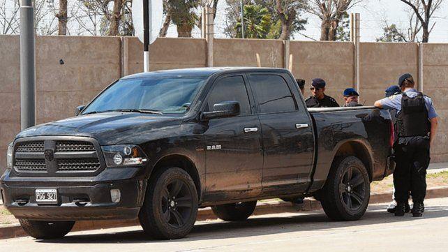 El reparo. La camioneta que conducía Lamboy y que le sirvió de escudo.