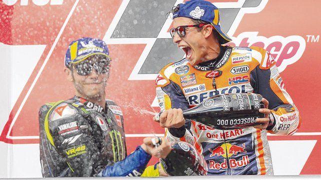 Puro champán. Valentino Rossi y Marc Márquez festejan en Termas.