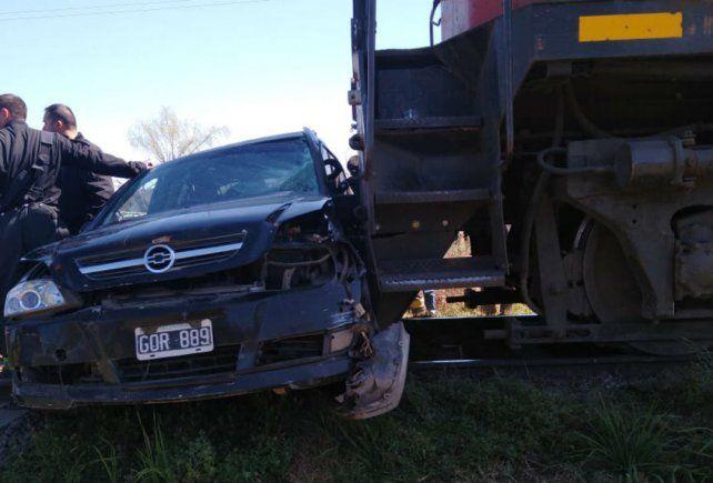 El Chevrolet Astra fue arrastrado doscientos metros por un tren en San Lorenzo.
