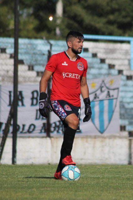 El arquero récord y figura. Matías Giroldi llevó a los 769 minutos con la valla menos vencida en Central Córdoba. Fue figura del equipo y además atajó un penal a Jurchesen con rebote incluido.