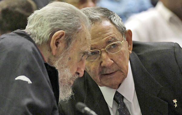 Diálogo. Fidel apareció junto a su hermano en la sesión del Parlamento que designó al Consejo de Estado.