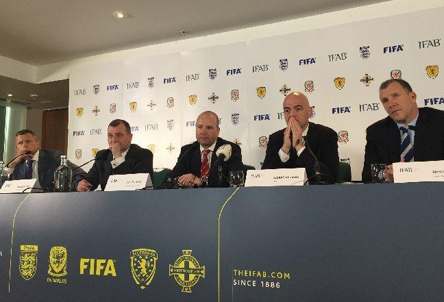 Gianni Infabntino (segundo desde la derecha) durante la reunión anual de Ifab. (Foto: AP)