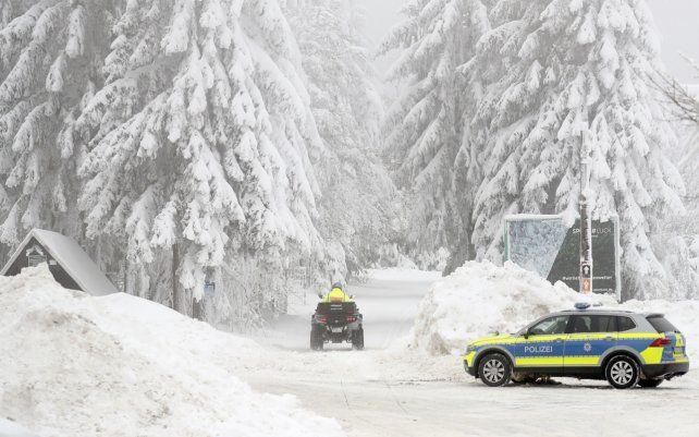 La policía patrulla una zona nevada del área Rennsteig en Oberhof