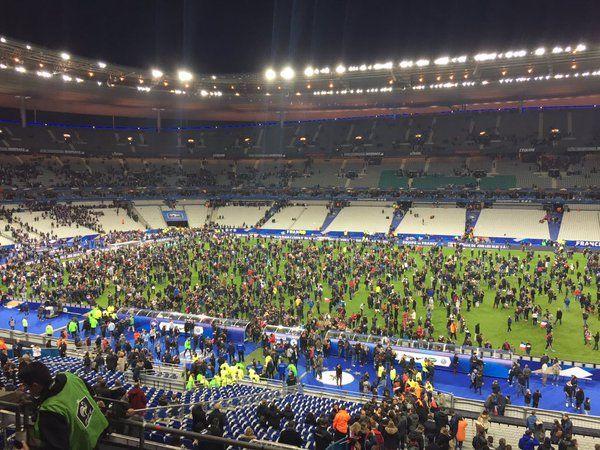La gente que estaba en las tribunas colmó el césped del estadio.