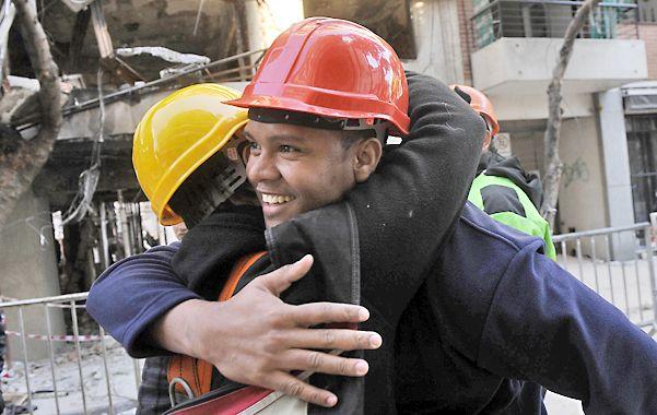 Emociones. Alain abraza a un amigo días después de la tragedia