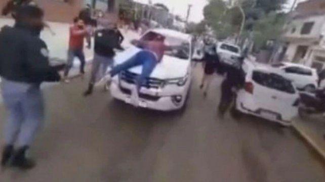 El vehículo del ministro llevó al comerciante en el capó durante varios metros. (Captura de video)