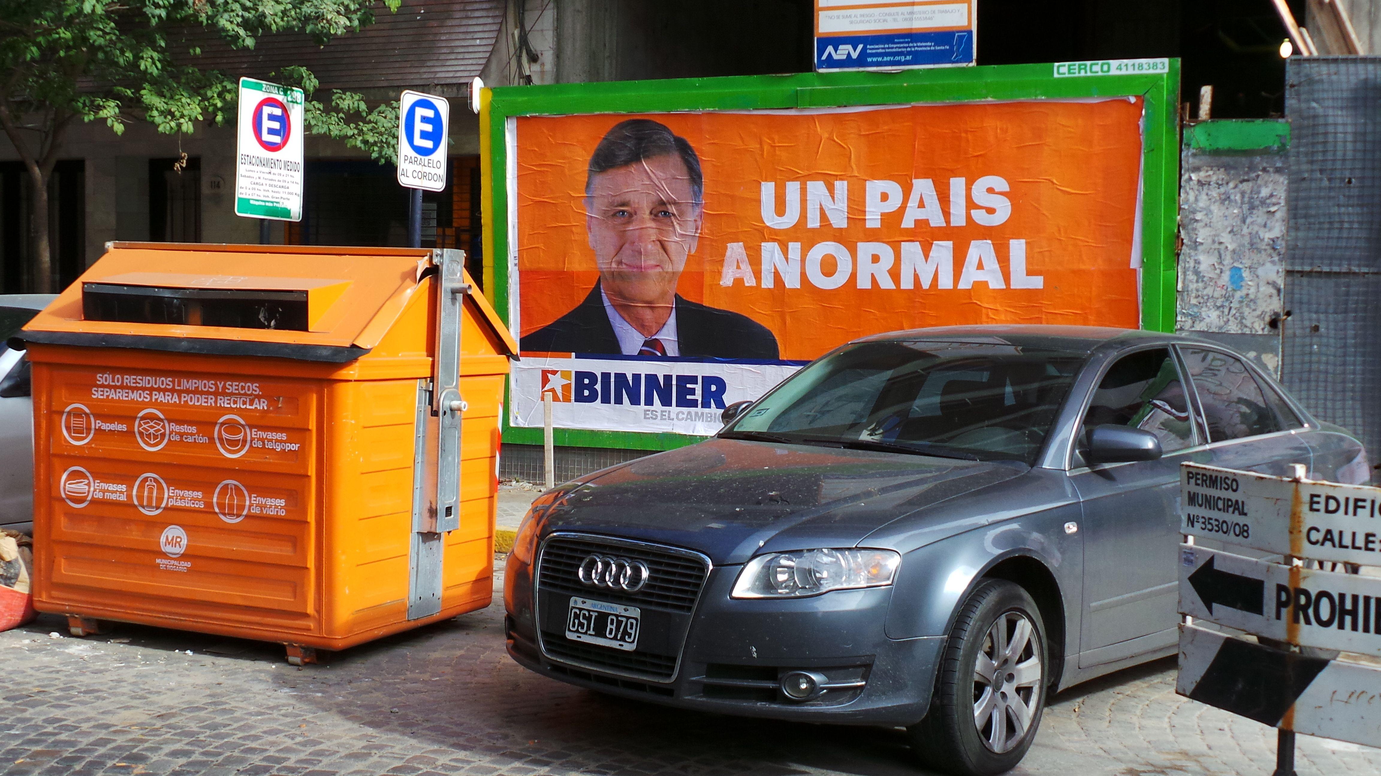 A la frase Un país normal que acompaña a la foto del candidato a diputado nacional socialista se le agregó la letra A