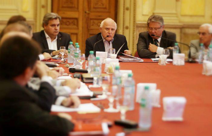 El gobernador de la provincia mantuvo esta tarde la primera reunión de gabinete en Rosario.