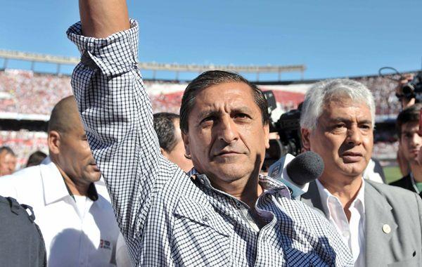 El Pelado Díaz saluda al entrar esta tarde al estadio millonario.