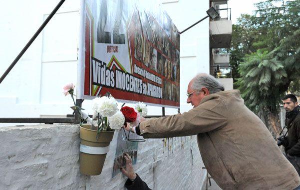 Familiares de las 22 víctimas fatales dejaron ofrendas en el paredón que se levantó donde estaba la entrada a las torres.