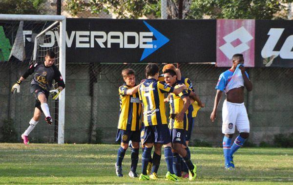 Los chicos de Central festejan el gol del volante Walter Montoya. El canalla quedó cerca del título.