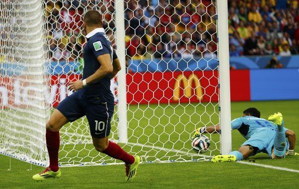Benzema festeja y Valladares ya la sacó de detrás de la línea. La tecnología terminó convalidando el gol. (Foto: Reuters)