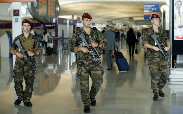 Controles. Soldados franceses patrullan el Charles de Gaulle. Medidas similares en Gran Bretaña y en Bélgica.